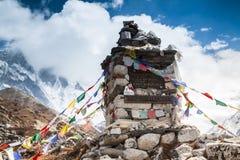 VALLE de KHUMBU, NEPAL, el 28 de abril de 2013 - monumento Imagen de archivo libre de regalías