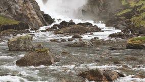 Valle de la cascada, Noruega Cascada hermosa en el valle de cascadas en Noruega Las cascadas de Husedalen eran series almacen de metraje de vídeo