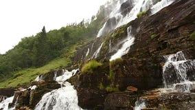 Valle de la cascada, Noruega La cascada Tvindefossen es la más grande y la cascada más alta de Noruega, su altura es 152 m famoso almacen de metraje de vídeo