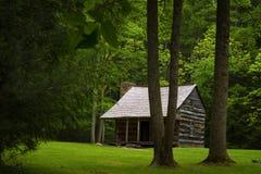 Valle de la ensenada de Cades de la cabina de los colonos en Tennessee Smoky Mountains imagen de archivo libre de regalías