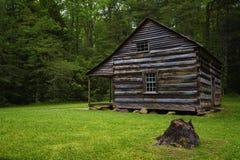 Valle de la ensenada de Cades de la cabina de los colonos en Tennessee Smoky Mountains foto de archivo