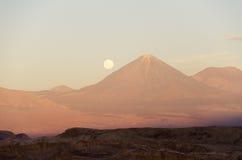 Valle de la luna en el desierto de Atacama Fotos de archivo