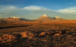 Valle de la Luna, sikt på den Licancabur vulkan på solnedgången, Atacame öken, nordliga Chile Arkivbilder