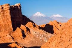 Valle De La Luna, Volcanoes Licancabur och Juriques, Atacama Arkivfoto