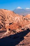 Valle De La Luna, Volcanoes Licancabur och Juriques, Atacama Royaltyfri Bild