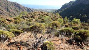 Valle de la montaña al mar Mediterráneo almacen de metraje de vídeo