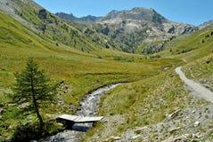 Valle de la montaña con camino Fotos de archivo libres de regalías