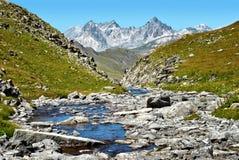 Valle de la montaña con el río Foto de archivo libre de regalías