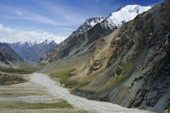 Valle de la montaña con las barrancas y los rockslides Fotografía de archivo