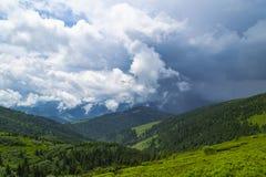 Valle de la montaña con las nubes Día lluvioso Paisaje hermoso Imagenes de archivo