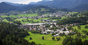 Valle de la montaña con los árboles y las casas verdes Imagen de archivo libre de regalías