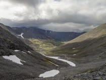Valle de la montaña con los musgos y las rocas cubiertos con los liquenes Clou Imagen de archivo