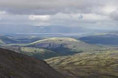 Valle de la montaña con los musgos y las rocas cubiertos con los liquenes Clou Fotos de archivo