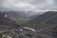 Valle de la montaña con los musgos y las rocas cubiertos con los liquenes Clou Fotografía de archivo libre de regalías