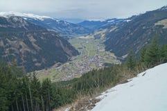 Valle de la montaña con los picos de la nieve Imagenes de archivo