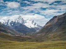 Valle de la montaña de la nieve Fotografía de archivo libre de regalías