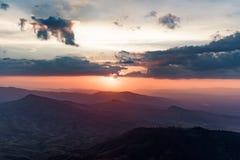 Valle de la montaña durante salida del sol Paisaje natural del verano Imagen de archivo