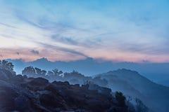 Valle de la montaña durante salida del sol Paisaje natural del verano Foto de archivo