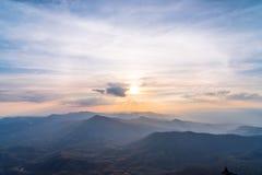 Valle de la montaña durante salida del sol Paisaje natural del verano Fotografía de archivo