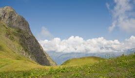 Valle de la montaña en día de verano Fotos de archivo