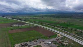 Valle de la montaña en Georgia Emplazamiento y carretera de la obra almacen de metraje de vídeo