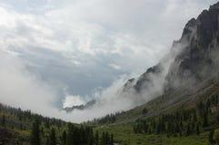Valle de la montaña en la niebla Fotografía de archivo
