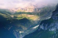 Valle de la montaña en las montañas suizas Fotografía de archivo