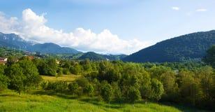 Valle de la montaña, salvado de la ubicación de Rumania de las montañas cárpatas Foto de archivo