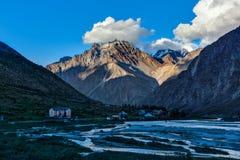 Valle de Lahaul en Himalaya en puesta del sol Imagenes de archivo