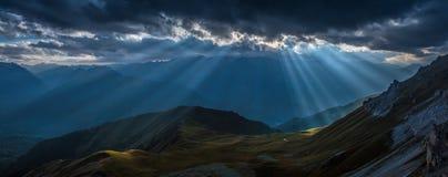 Vallée de montagne dans les faisceaux du soleil de soirée Montagnes de Caucase Photos stock