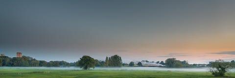 Valle de Tiffey con el tren del vapor en Misty Evening Imágenes de archivo libres de regalías