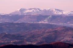 Valle de Umbría en invierno, con vistas a la ciudad de Gubbio con grande, li Foto de archivo libre de regalías