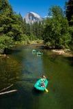 Valle de Yosemite con un grupo de kayakers foto de archivo
