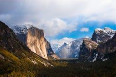 Valle de Yosemite de la opinión del túnel sobre un día de niebla Nación de Yosemite Fotografía de archivo