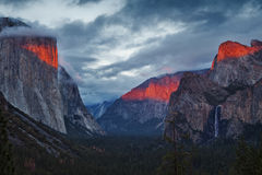 Valle de Yosemite durante puesta del sol dramática Imagen de archivo libre de regalías