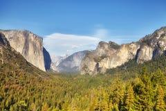 Valle de Yosemite de la opinión del túnel en la luz caliente de la puesta del sol, los E.E.U.U. Imagen de archivo libre de regalías
