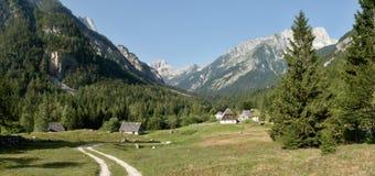 Valle de Zadnja Trenta con la cumbre de Bavski Grintavec en el parque nacional de Triglav en Julian Alps en Eslovenia Fotografía de archivo libre de regalías