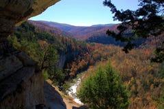 Valle dei colori di caduta da un'entrata della caverna immagini stock
