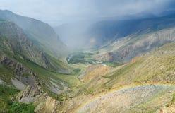 Valle del fiume di Chulyshman con l'arcobaleno Repubblica di Altai La Russia Fotografie Stock