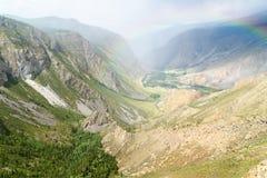 Valle del fiume di Chulyshman con l'arcobaleno Repubblica di Altai La Russia Immagine Stock Libera da Diritti