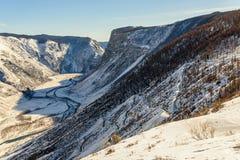 Valle del invierno de la nieve del camino de la montaña Fotografía de archivo libre de regalías