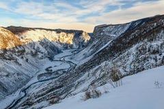Valle del invierno de la nieve del camino de la montaña Fotos de archivo