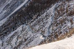 Valle del invierno de la nieve del camino de la montaña Imagen de archivo libre de regalías
