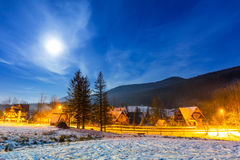 Valle del invierno en las montañas de Tatra en la noche Fotos de archivo libres de regalías