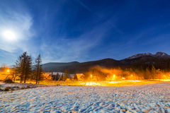 Valle del invierno en las montañas de Tatra en la noche Imagen de archivo