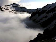 Valle del macho en la niebla - montañas de Bucegi Foto de archivo libre de regalías
