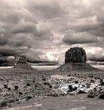Valle del monumento dei cieli nuvolosi di seppia Immagine Stock
