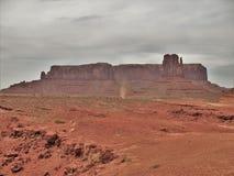 Valle del monumento sotto i cieli nuvolosi fotografia stock libera da diritti