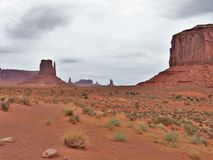 Valle del monumento sotto i cieli nuvolosi fotografia stock