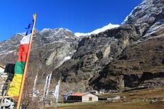 Valle del pueblo de Langtang, banderas del rezo y paisaje de Himalaya MES Imagen de archivo libre de regalías